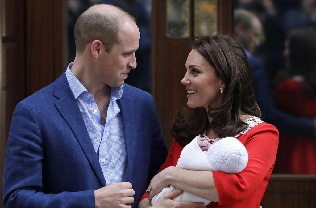 Prinz Louis, das dritte Kind von Herzogin Kate und Prinz William, kam im April zur Welt. Wer seine Paten werden könnten? Es wird viel spekuliert... Foto: AP