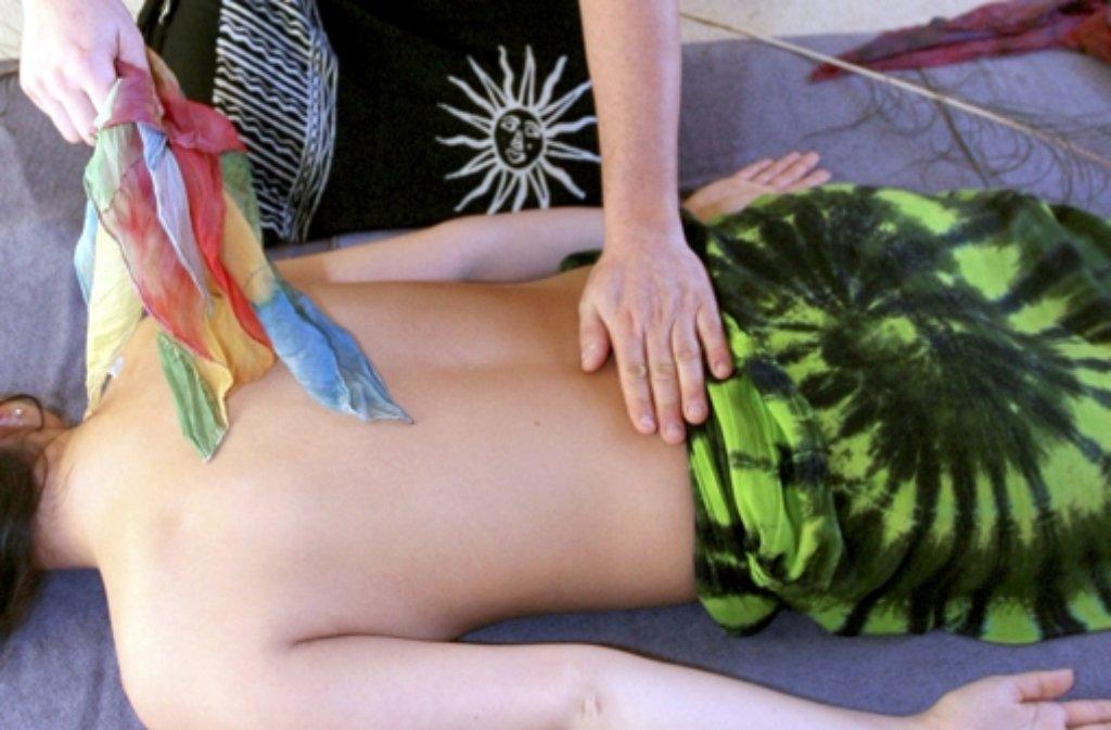 Die Stadt Stuttgart hatte für ihre Tantra-Massagen eine Vergnügungssteuer erhoben, dagegen klagte die Besitzerin eines Massagesalons. Das Gericht wies die Klage nun mit der Begründung ab, dass die Kunden dort eine Massage inklusive Genitalbereich buchen könnten. (Symbolbild) Foto: dpa-Zentralbild