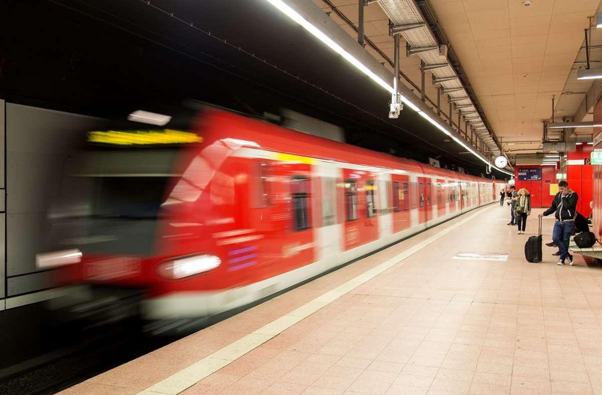 Die Frau wurde in einer S-Bahn der Linie S1 attackiert. (Symbolbild) Foto: picture alliance / dpa/Daniel Maurer
