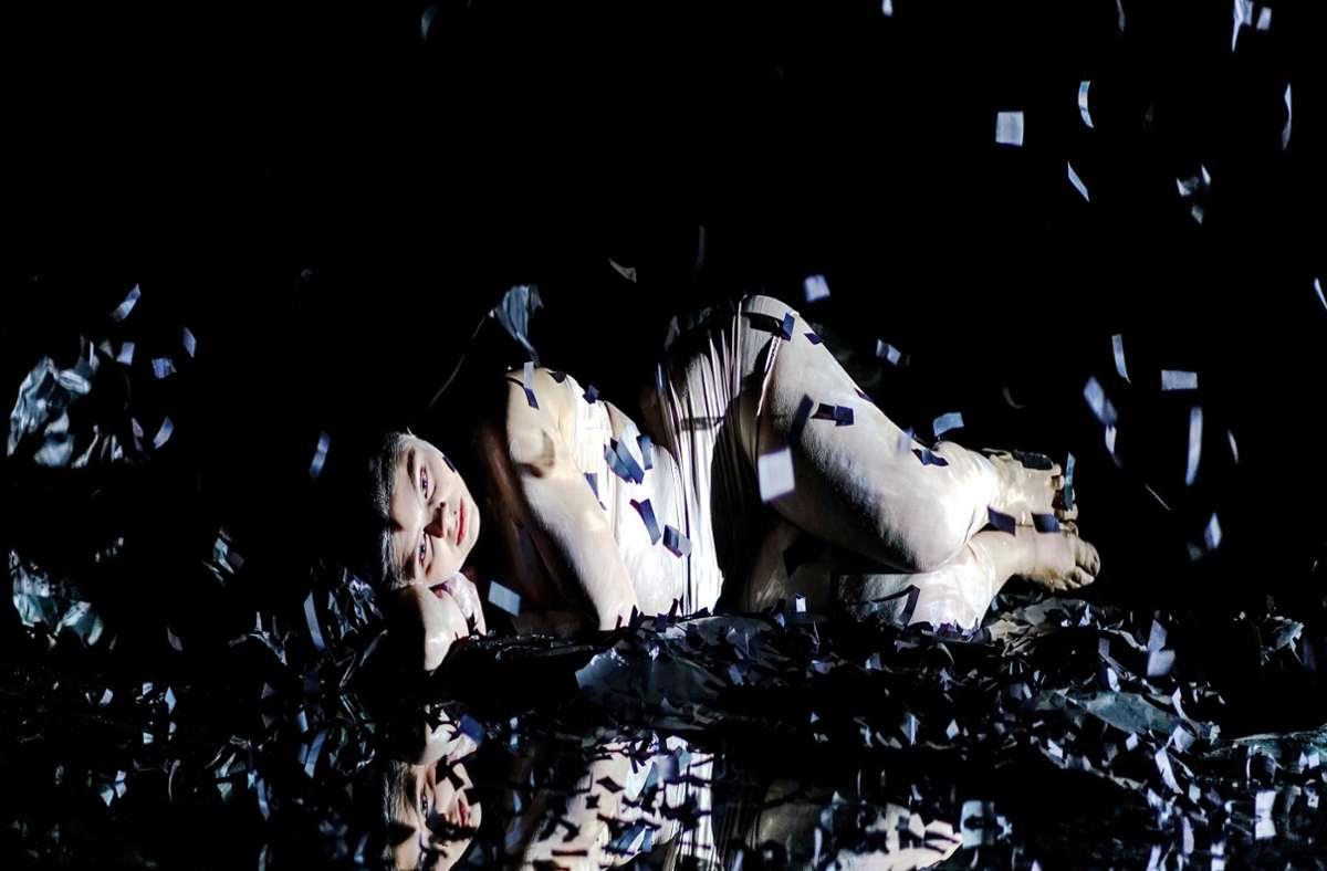 """Frau, von Aschefetzen bedeckt: Szene mit Anna Caterina Fadda aus """"Ge teilt (teile)"""" von der in Berlin lebenden Autorin Maria Milisavljevic Foto: Daniel Keller/Daniel Keller"""