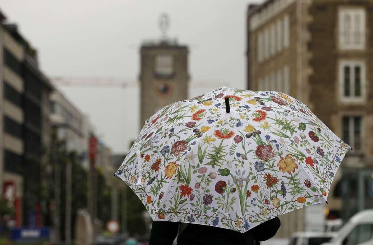 Der  Regenschirm könnte zum Wochenbeginn durchaus zum Einsatz kommen. Foto: LICHTGUT/Leif Piechowski