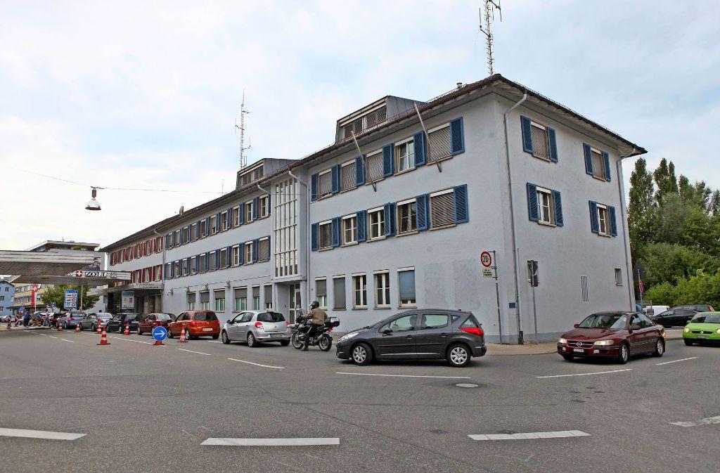 Ständig Stau: Die deutschen Zollbeamten an der Grenze zur Schweiz sind an der Belastungsgrenze angekommen (im Bild der Stadtübergang Konstanz/Kreuzlingen). Foto: dpa