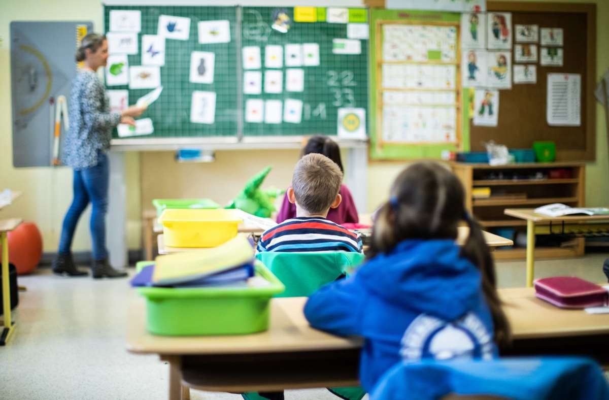 Dass Lehrer und Schüler vereint im Klassenzimmer sind, freut viele . Foto: dpa/Marcel Kusch
