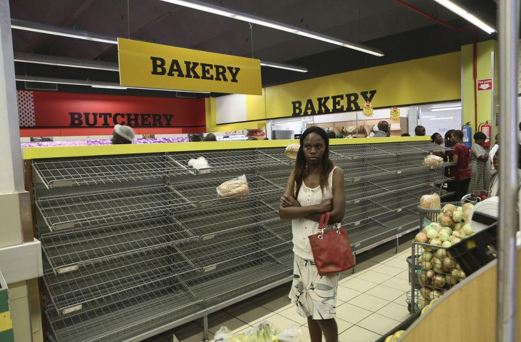 Leere Regale in den Supermärkten: In  Simbabwe leiden die Menschen unter der Währungskrise. Foto: AP