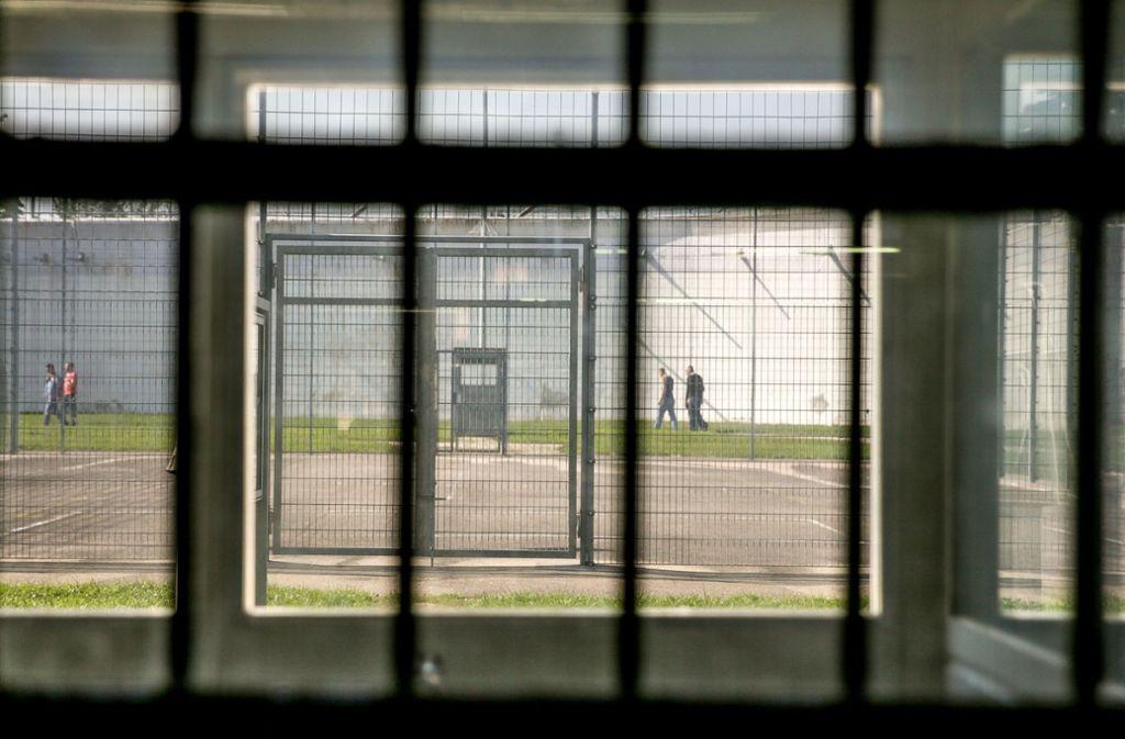Der Angeklagte schweigt zum Vorwurf: Er soll in Stammheim einen Mithäftling vergewaltigt haben. Foto: Lichtgut/Leif Piechowski