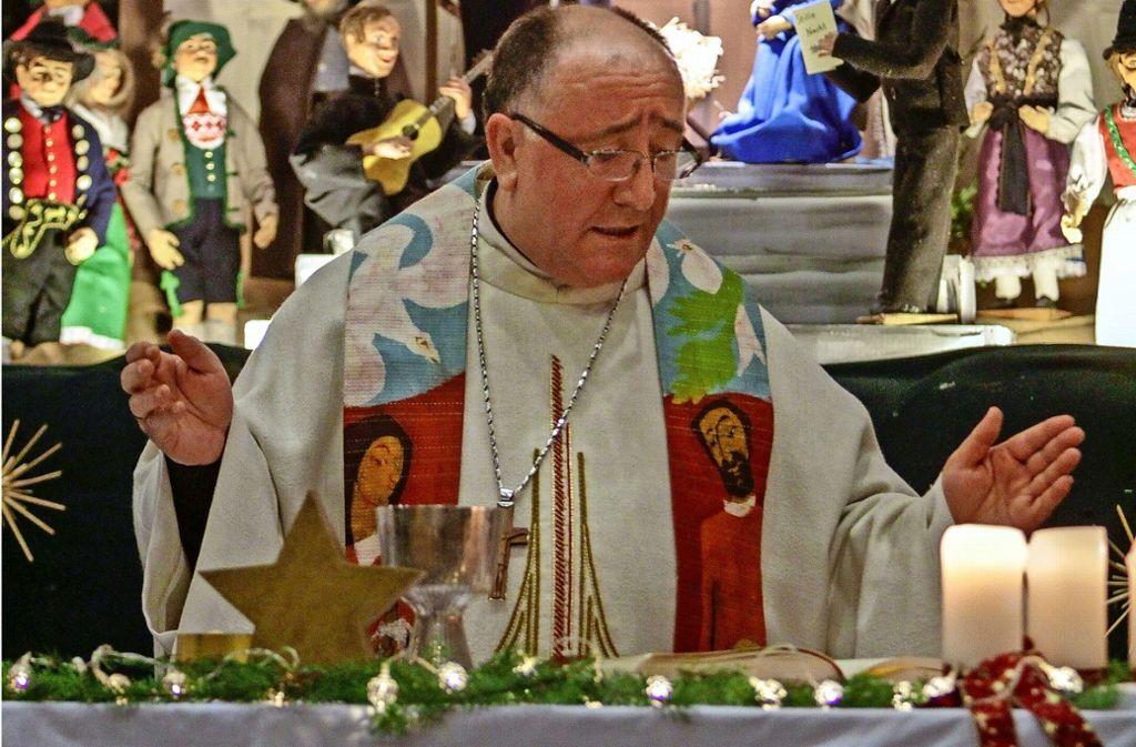 Am Vorabend zu den Heiligen Drei Königen gestaltet Bischof Dodë die Messe an der Renninger Krippe. Foto: factum/Bach