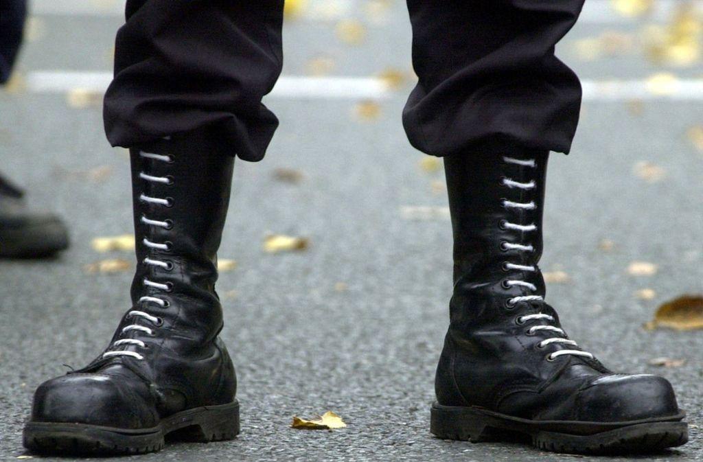 Zahlreiche Rechtsextremisten werden derzeit von der Polizei gesucht, da Haftbefehle gegen sie vorliegen (Symbolbild). Foto: dpa