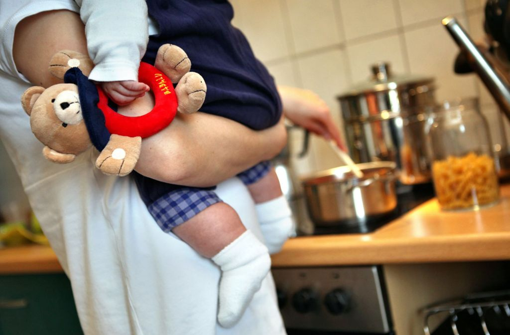 Gibt es keine Verlängerung der Lohnfortzahlung, wären die Zahlungen für manche Eltern damit Mitte Mai erschöpft (Symbolbild). Foto: dpa/Jan Woitas