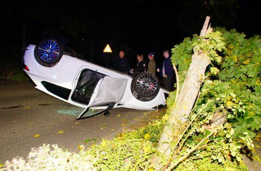 Auto überschlägt sich – Baum abgesäbelt
