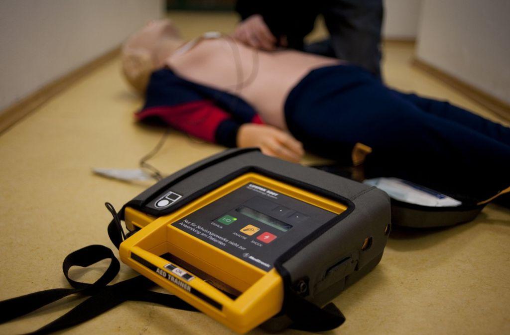 Defibrillatoren sollen Menschen helfen, die plötzlich schwere Herzprobleme bekommen. Foto: dpa