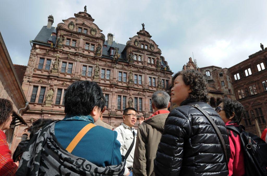 Chinesische Touristen vor dem Heidelberger Schloss. Foto: Symbolbild/dpa