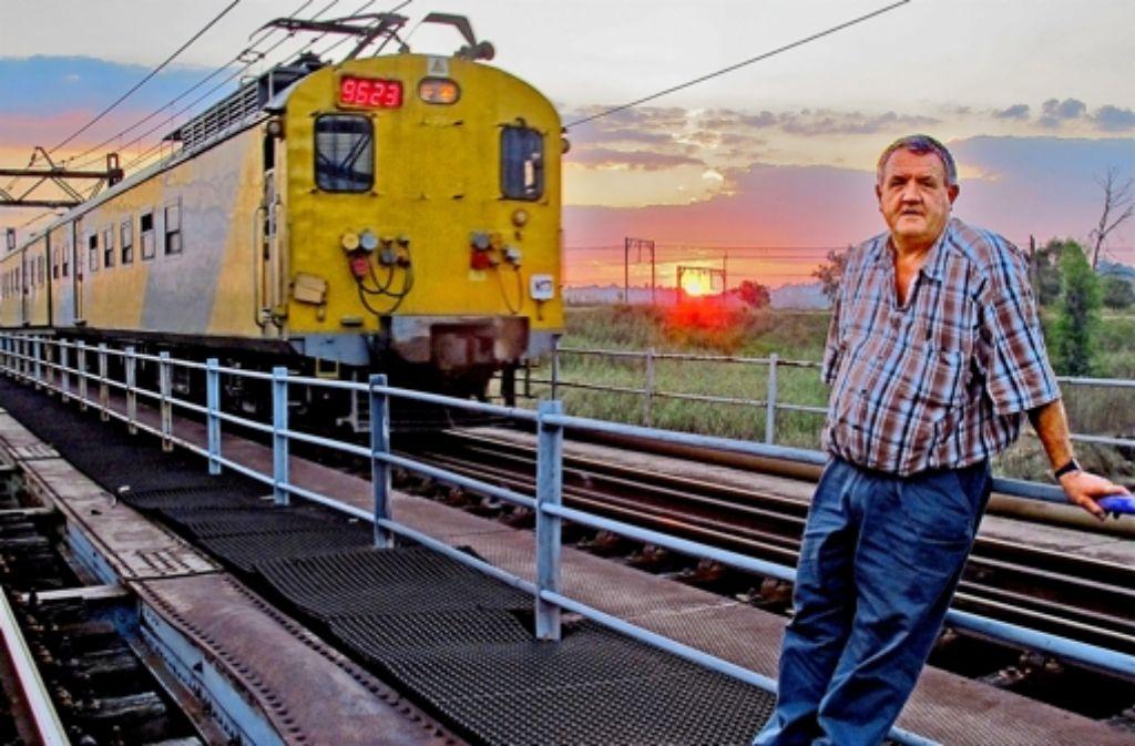 Die Pendlerzüge bei Johannesburg bleiben oft stehen, weil Kabel geklaut werden. Dann muss  Ingenieur Mike HarrisSie hätten Schulden und schlechte Perspektiven, klagen Cynthia und Aaron Motswene Foto: Dieterich