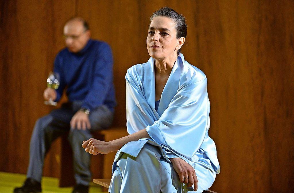 Marietta Meguid als Sonja grübelt. Sie hat der Freundin ein Geheimnis verraten – wird sie es nun immer noch für sich behalten?  Foto: Björn Klein