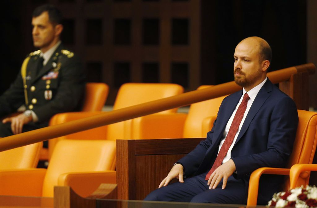 Bilal Erdogan (r), Sohn des türkischen Präsidenten Erdogan, sitzt im Juli 2018  im Parlament in Ankara, kurz bevor sein Vater als Präsident vereidigt wird. Foto: Lefteris Pitarakis/AP/dpa
