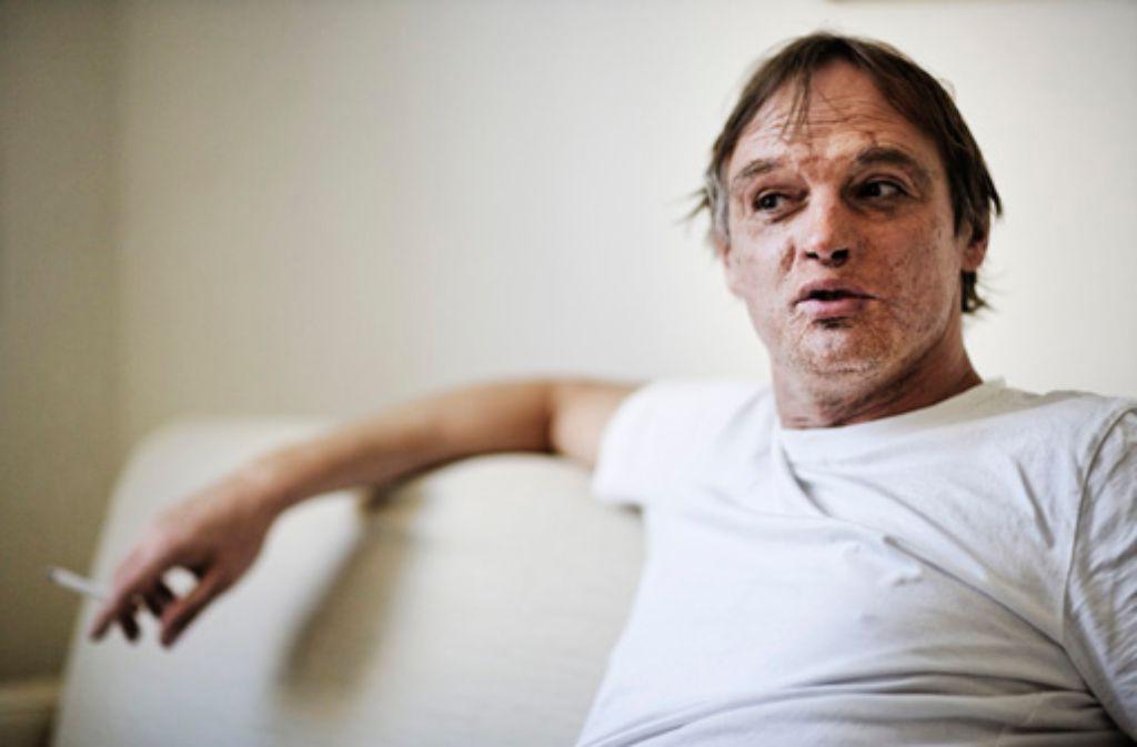Felix Ensslin macht es sich in seiner Wohnung im Heusteigviertel gemütlich. Foto: Heiss