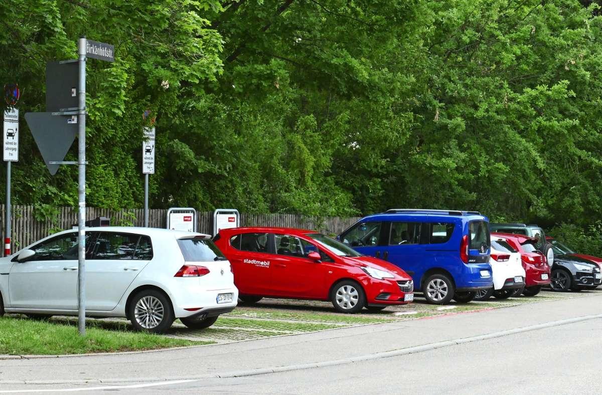 Am Birkacher Friedhof sind jetzt zwei Stellplätze für die roten Stadtmobil-Autos reserviert. Foto: Torsten Schöll