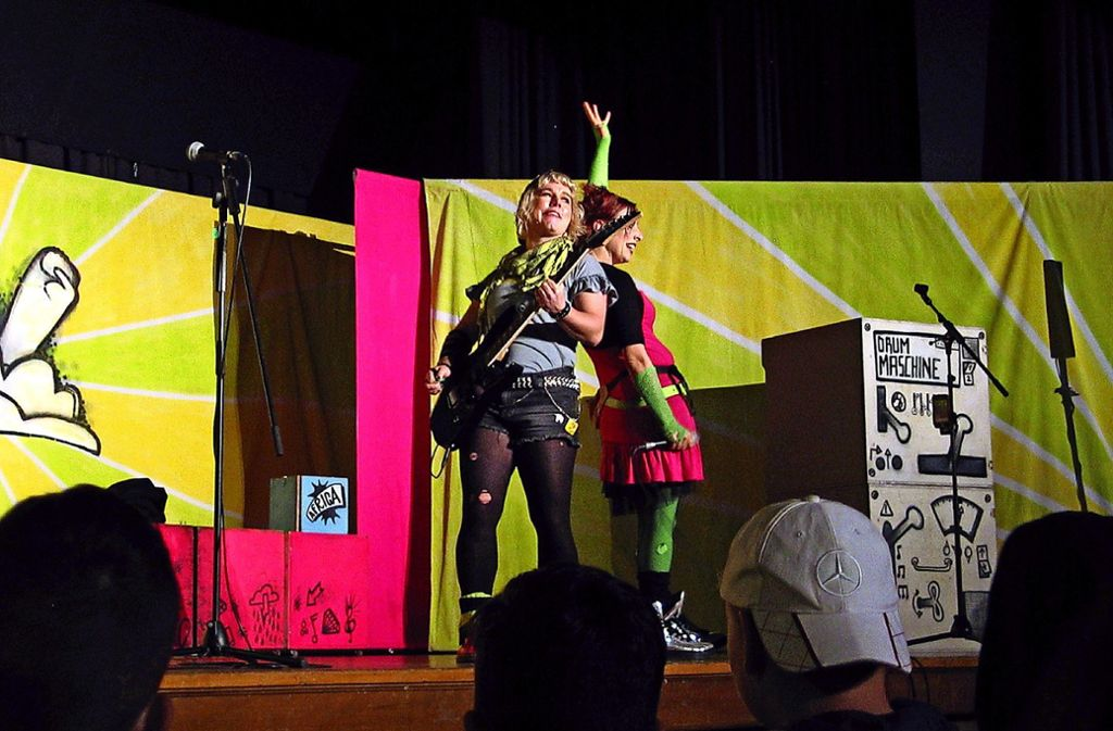 Nia (l.)  und Skazz (Maja Rodigast) rocken die Welt gerechter. Foto: Susanne Müller-Baji