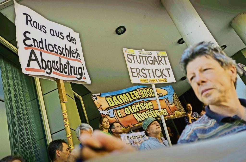 Vor dem Gericht wird demonstriert, drinnen über eine komplexe Materie beraten. Foto: Lichtgut/Leif Piechowski