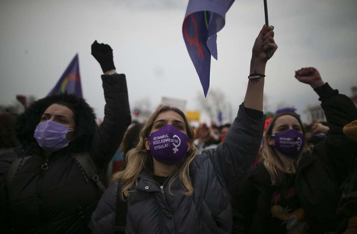 Frauen protestieren in Istanbul gegen den Austritt der Türkei aus der Istanbul-Konvention für Frauenrechte. Foto: dpa/Emrah Gurel