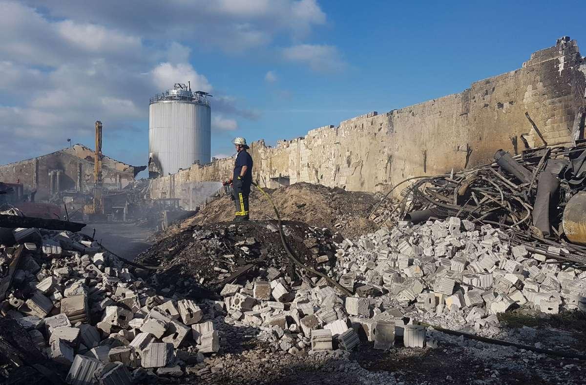 Die Rottehalle der Vergärungsanlage nach dem Brand mit dem beschädigten Faulturm im Hintergrund Foto: Landratsamt Böblingen