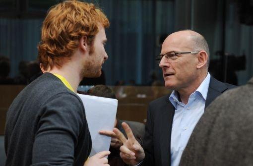 Hannes Rockenbauch, hier mit Verkehrsminister Winfried Hermann, will sich die Daten der Bahn genau anschauen. Foto: dpa
