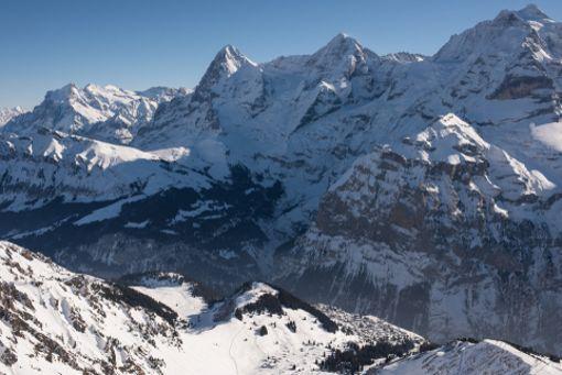 Eiger und Mönch lassen das Alpenpanorama während der E-Bike-Tour noch mehr genießen.