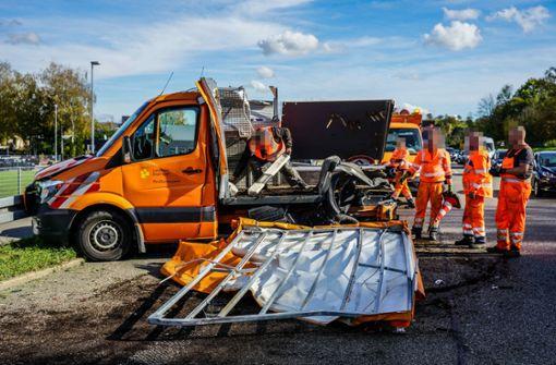 Lkw kracht in Sicherungsfahrzeug – immenser Schaden