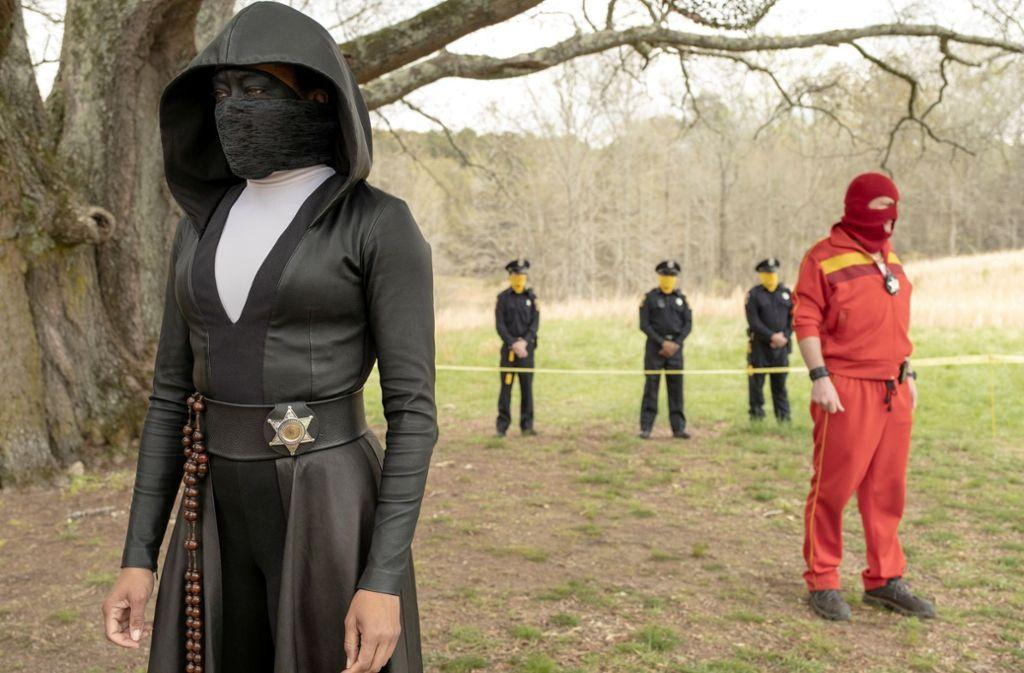 Auch die düstere Vermummung bietet der Polizistin Angela Abar (Regina King, li.) bald keine Sicherheit mehr. Foto: HBO