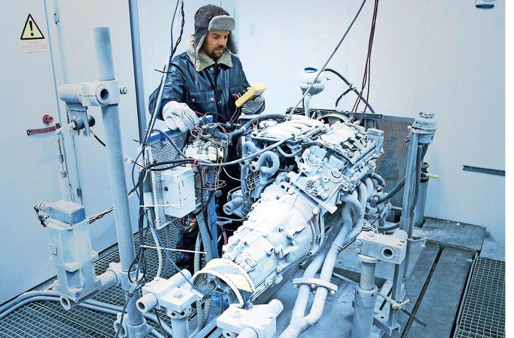 Eisige Arbeitsbedingungen:  Ein Mahle-Beschäftigter  in der   Kältekammer. Foto: Mahle