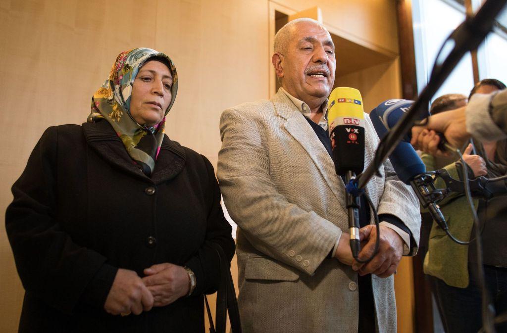 Die Eltern des ermordeten deutsch-türkischen Internetcafe-Besitzers Halit Yozgat, Ayse (links) und Ismail Yozgat, reden am 27. November 2017 in Wiesbaden mit Pressevertretern, nachdem sie als Zeugen bei einer Sitzung des NSU-Ausschusses des hessischenLandtages gesprochen hatten. Foto: dpa