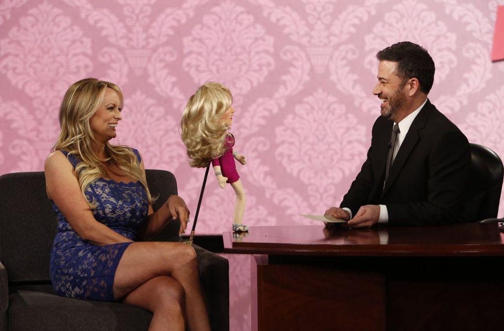 """Hat sie oder hat sie nicht? Stormy Daniels in der """"Jimmy Kimmel Live!""""-Show. Der Pornodarstellerin wurde offensichtlich ein Maulkorb verpasst. Foto: AP"""