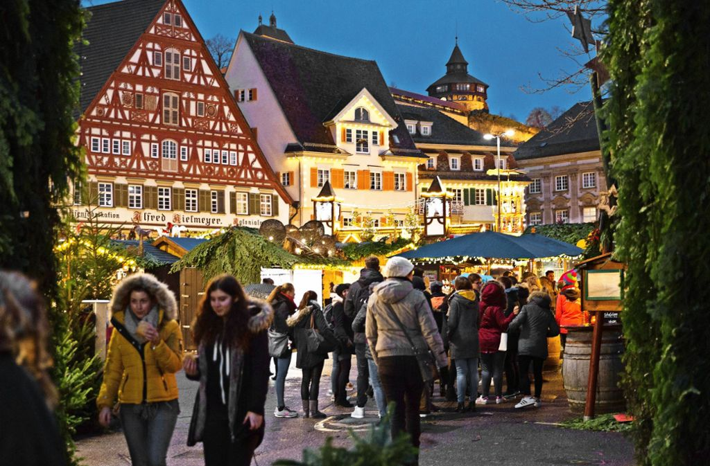 Der leuchtende Budenzauber auf dem Esslinger Markt- und Rathausplatz und auf dem Hafenmarkt dauert knappt drei Wochen an. Foto: Horst Rudel