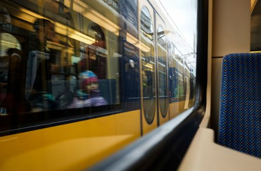 Stadtbahn muss stark abbremsen – Frau nach Sturz verletzt