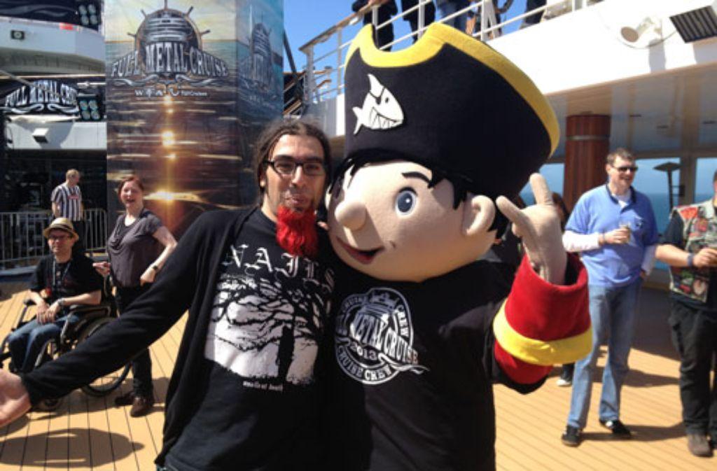 Nein, an Bord gab es keinen Trauerfall. Metal-Fans tragen einfach gerne Schwarz. Foto: Michael Setzer