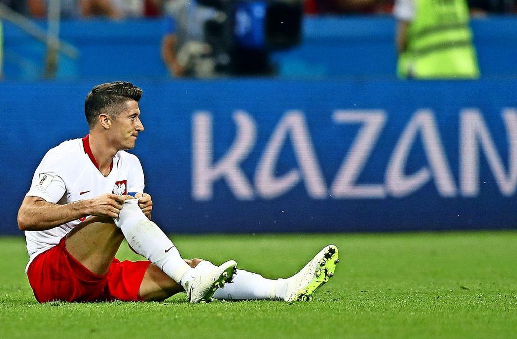 Robert Lewandowski am Boden: Den Makel der WM-Blamage nimmt der Pole nach dem Urlaub mit zu seinem Arbeitgeber FC Bayern. Foto: AP