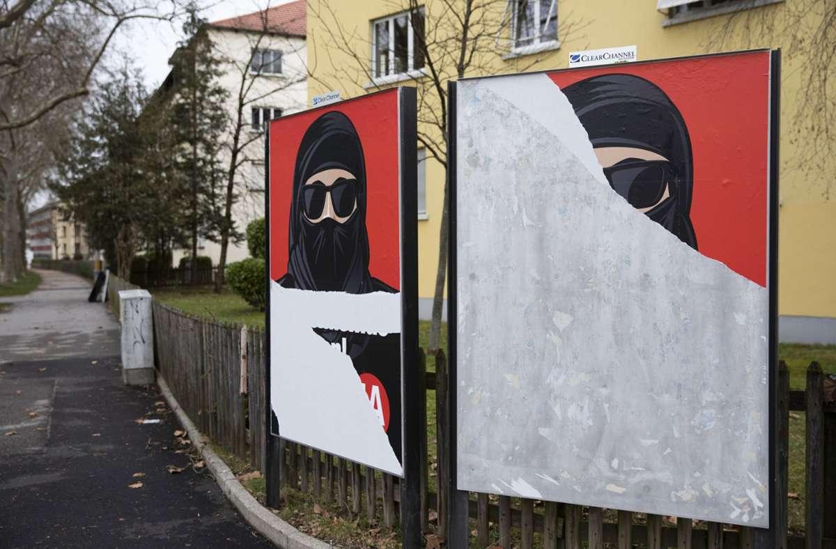 Plakate zur Volksabstimmung: auch in der Schweiz nicht überall beliebt. Foto: dpa/Peter Klaunzer