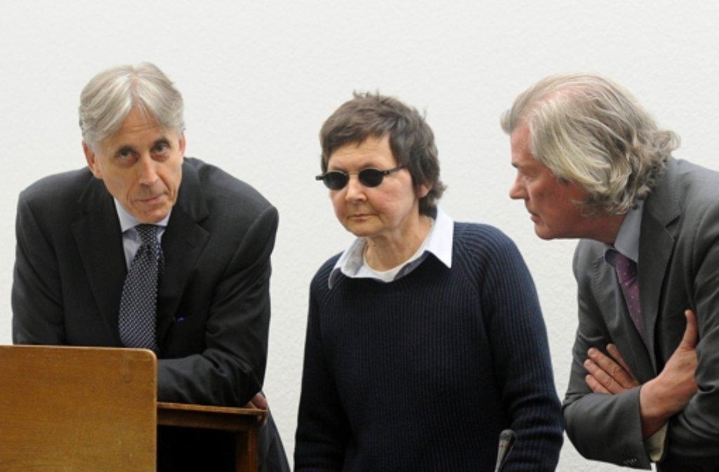 Die Angeklagte Verena Becker am Dienstag zwischen ihren Anwälten Walter Venedey (li.) und Hans Wolfgang Euler. Foto: dapd