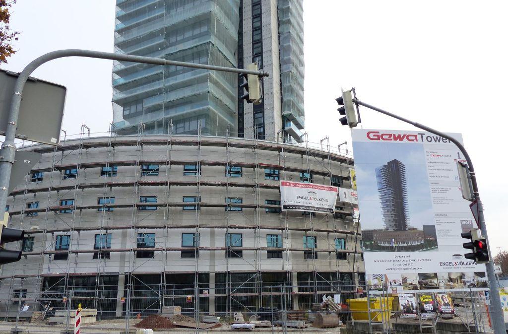 Der Gewa-Tower mit Hotel (im Vordergrund) ist  weit im Bau fortgeschritten. Foto: Michael Käfer