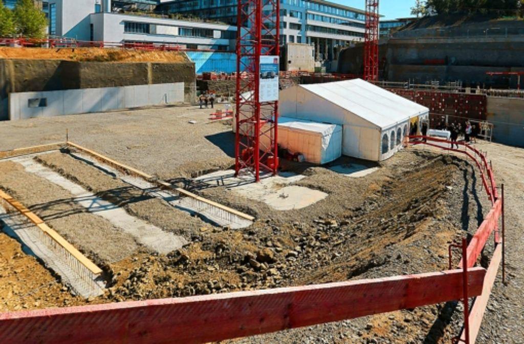 Die Grube für den Neubau ist bereits ausgehoben. Foto: Achim Zweygarth