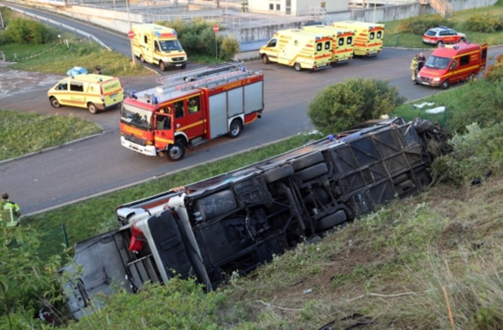 Übermüdung des Fahrers soll Auslöser des schweren Busunglücks in Dresden mit zehn Toten gewesen sein. Foto: dpa