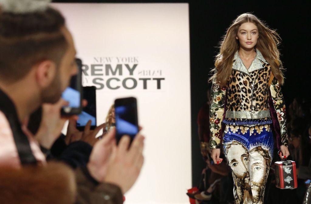 Zuschauer in der ersten Reihe fotografieren und filmen im Februar 2017 das US-Model Gigi Hadid auf der Fashion Week. Auch in diesem Jahr zeigen auf hunderten Events in ganz Manhattan Labels bis zum 16. Februar ihre Entwürfe für den kommenden Herbst und Winter. Foto: AP