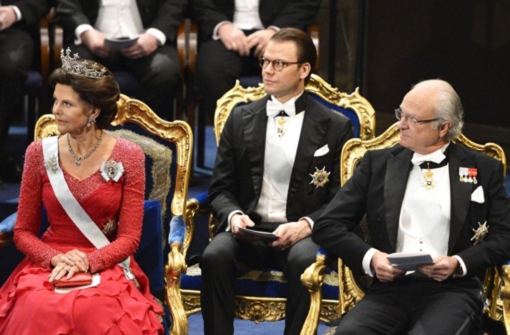 Die schwedische Königsfamilie hat in Stockholm die Nobelpreise verliehen: Königin Silvia, Victorias Ehemann Daniel und König Carl Gustaf. Foto: Getty Images Europe