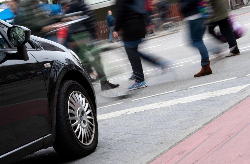 Fußgänger gehen über eine Straße. Der Versicherungskonzern Allianz fordert konkrete Maßnahmen für mehr Schutz von Fußgängern. Foto: Sven Hoppe/dpa