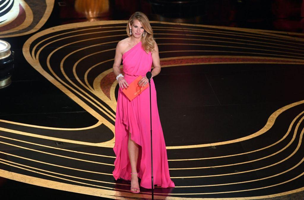 """Pretty Woman in Pink: die Schauspielerin Julia Roberts hielt die Laudatio in der Kategorie  """"Bester Film"""" und wählte dafür ein asymmetrisch geschnittenes Kleid des Designerlabels Ellie Saab in der Trendfarbe Pink. Foto:"""