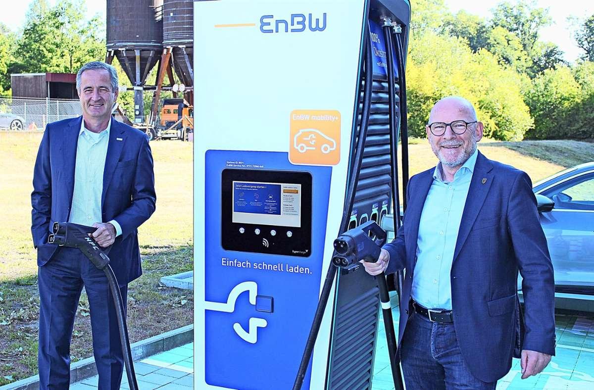 EnBW-Chef Frank Mastiaux (l.) und Landesverkehrsminister Winfried Hermann an einer Schnellladesäule Foto: Caroline Holowiecki