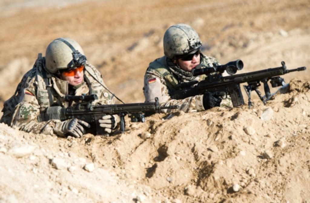 Soldaten beim Einsatz (wie hier in Afghanistan) benötigen gute Kleidung und Schuhe. Doch der Bundeswehr-Ausstatter ist in Turbulenzen geraten. Foto: dpa