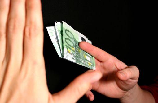 Autofahrer fährt 30-Jährige an – Beifahrer bietet Opfer Geld an