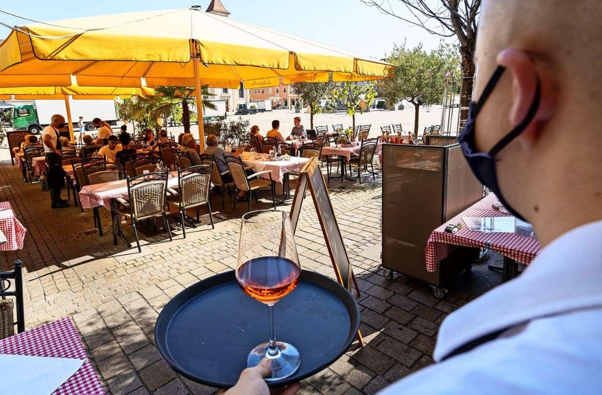 Draußen servieren, auch wenn es kälter wird? Vielen  Gastronomen würde es helfen, wenn die Stadt die Außensaison verlängern würde. Foto: factum/Jürgen Bach