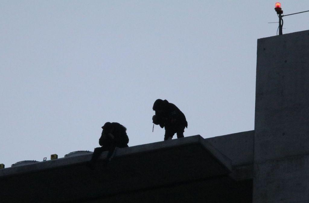 Der Anblick verstört Augenzeugen: Zwei Männer auf dem Dach des Gewa-Towers. Foto: Michael Eick (Archiv)