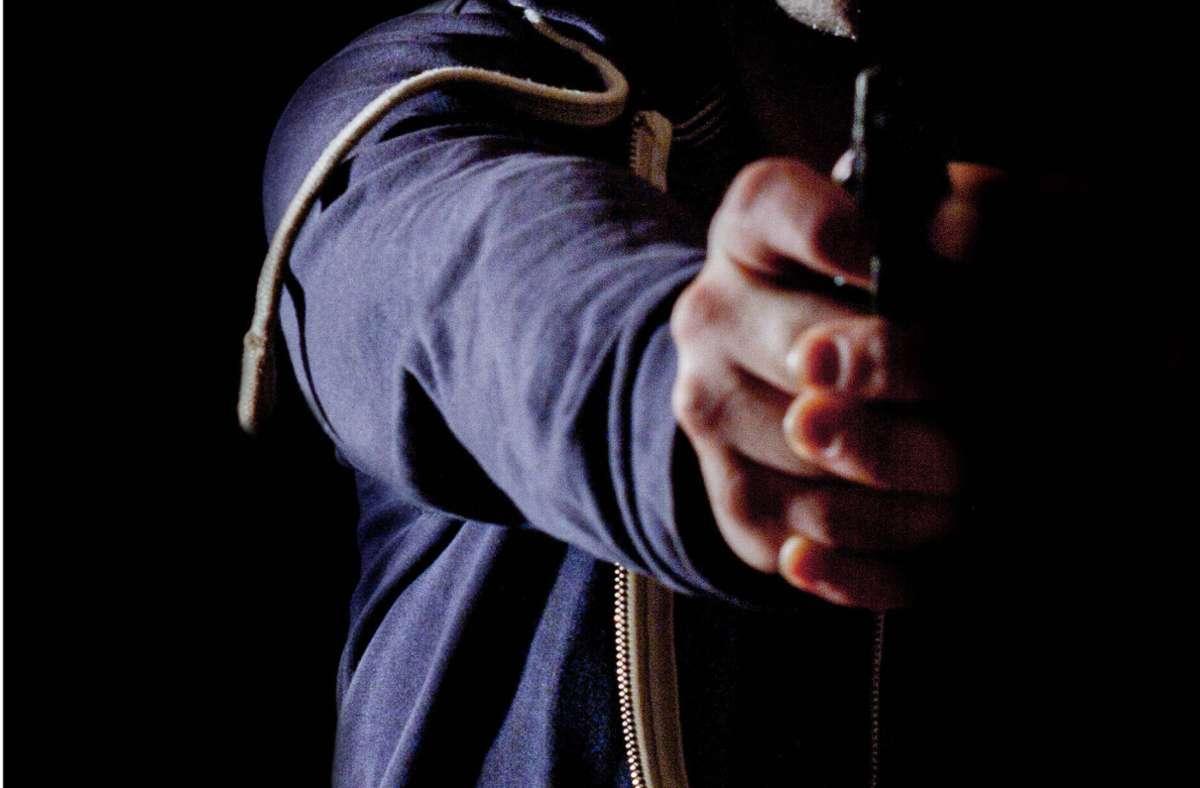 Mit einer Pistole bedrohten die Männer den 30-Jährigen (Symbolbild). Foto: imago images/Michael Eichhammer/ via www.imago-images.de